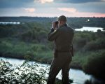 2017年5月31日,美國邊防巡邏隊一名成員在觀察從墨西哥過境到德州的非法移民。(Benjamin Chasteen/大紀元)