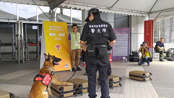 偵暴犬藉靈敏嗅覺發現藏在行李箱內的爆裂物。(新竹縣警察局提供)