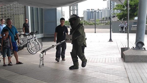 發現疑似爆裂物,警察局出動鑑識中心防爆小組穿上防爆裝及機械手臂裝,至防爆桶後帶離現場處理。(新竹縣警察局提供)