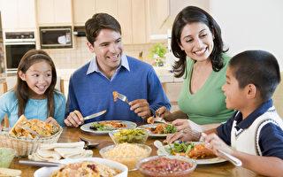 美國一項最新研究顯示,全家人經常坐在一起共享晚餐,孩子在學校的表現更優秀,學習更專注,而且更善於社交。(fotolia)