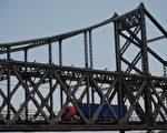 在联合国通过对朝鲜的最新制裁之后,它对中朝经济的影响已经显现。满载海鲜的货车被卡在中朝边境,被勒令退货给朝鲜。( NICOLAS ASFOURI/AFP/Getty Images)