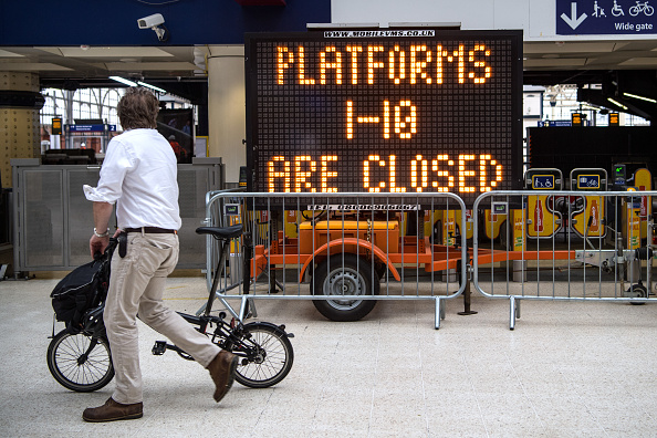 英國最繁忙的車站之一倫敦的滑鐵盧(Waterloo)近日進行站臺擴建,一到十號站臺全部關閉,工程將在8月28日結束,估計耗資8億鎊。站臺將被延長,可以停靠較長的列車。工程結束後,滑鐵盧在每天上下班高峰時刻接待乘客的能力將增加30%。(Carl Court/Getty Images)