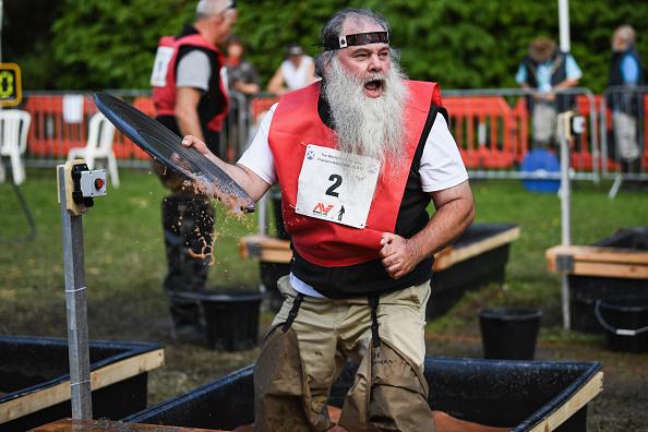 「我淘到金子了!」8月7日至12日,蘇格蘭的Moffat舉行國際淘金錦標賽。來自全世界15個國家的幾百名職業和業餘淘金者前來參加比賽。(Jeff J Mitchell/Getty Images)