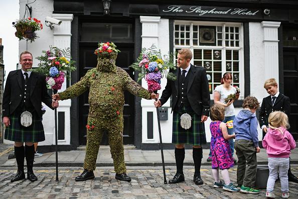 蘇格蘭奇怪的傳統還真多。每年8月的第二個星期五,在South Queensferry小鎮裡,一個滿身插滿了牛蒡的人從鎮裡走過。據說,如果人們給他捐錢或者威士忌酒並且讓他用吸管喝酒,鎮子裡的人就會得到好運。( Jeff J Mitchell/Getty Images)