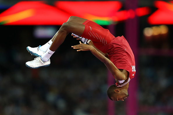 田徑世錦賽都快變成體操比賽了。圖為卡塔爾的一名選手參加男子跳高比賽。問題是,桿子哪裡去了?(Richard Heathcote/Getty Images)