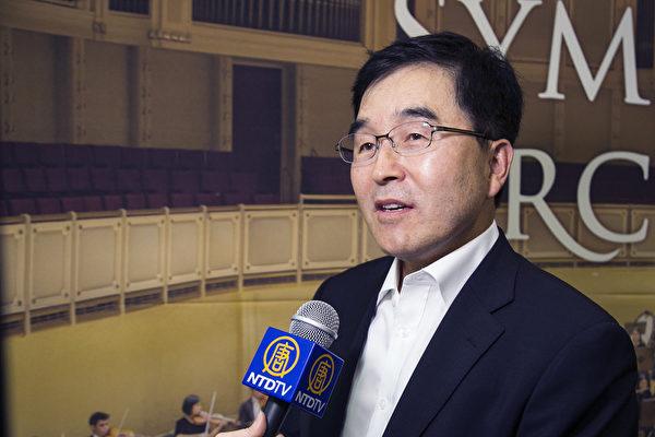2017年9月18日晚上,EPROAD代表理事金秉顯觀賞神韻交響樂團在韓國高陽音樂廳的演出。(全景林/大紀元)