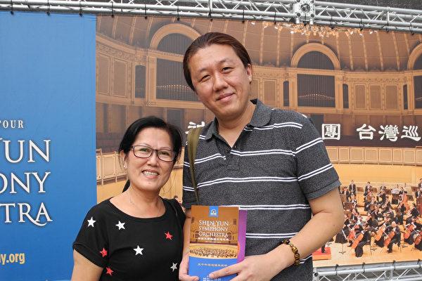 2017年9月24日下午,环球科技大学视觉传达设计系系主任刘怀帏与妈妈观赏神韵交响乐团在台湾屏东演艺厅的演出。(龙芳/大纪元)