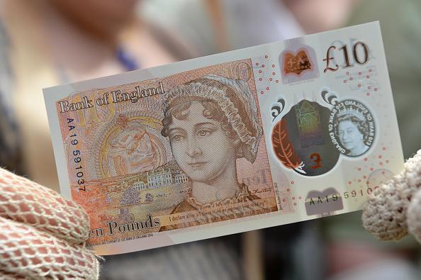 英國全新的塑料10英鎊鈔票已於9月14日週四進入流通,鈔票的背面印有簡·奧斯丁(Jane Austen)的肖像( Chris J Ratcliffe-Pool/Getty Images)