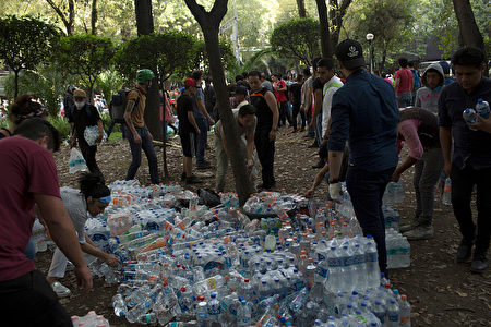 MEXICO CITY, MEXICO - SEPTEMBER 19: The army and the nighbours of the Condesa district, gathered at Parque España to organice 1st aid posts, on September 19, 2017 in Mexico City, Mexico. (Photo by Rafael S. Fabres/Getty Images)