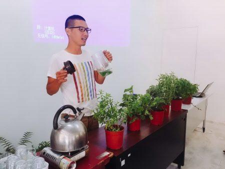 年輕的阿宏老師傳授沖泡香草茶秘訣。(新竹市府提供)