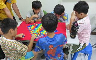 桌遊簡單而言就是指不插電並可以在桌上進行的遊戲,大部份可分為兩種類型,一種是紙牌遊戲,另一種是圖版遊戲。(北高家扶中心提供)
