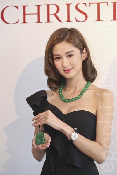 岑麗香為佳士得香港珠寶及翡翠首飾秋季拍賣預展擔任模特兒,今次示範的鑽飾、手袋總值超過5.3億。(余鋼/大紀元)