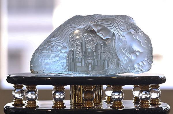 佳士得香港珠寶及翡翠首飾秋季拍賣預展展示的珠寶鑽飾、手錶及手袋總值超過5.3億。(余鋼/大紀元)