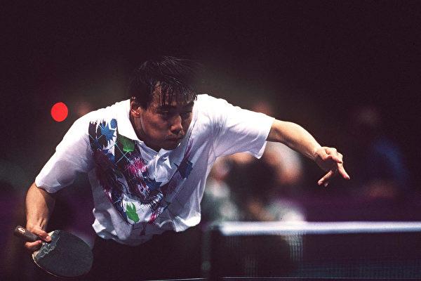 """中国国家乒乓球前总教练刘国梁""""下课""""后,正引发后续效应。图为1996年亚特兰大奥运会上刘国梁比赛照片。 (Mark Sandten/Bongarts/Getty Images)"""