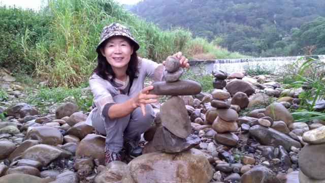 在美丽天然的环境中学习观察、专注、耐心与平衡,立石乐趣多。(赖月贵/大纪元)