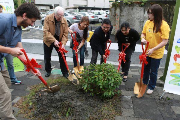 宜兰市长江聪渊、罗彻特教授外国音乐家们在市民之森广场种下一棵榕树。(曾汉东/大纪元)