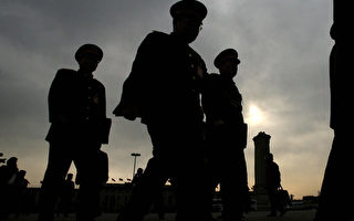 中共前政法委书记周永康、政治局委员薄熙来等人,曾企图利用政法委主管的公安、武警部队在中共十八大后政变,夺取习近平的权力。(MARK RALSTON/AFP/Getty Images)