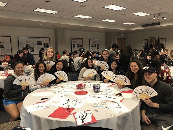 橙縣查普曼大學之世界語言文化系中文部11月10日舉辦「臺灣傳統藝術文化活動」,很多學生參加。(趙苡廷提供)