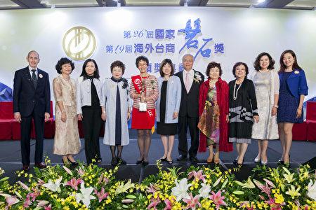 """五位企业家获得""""海外磐石奖"""",白越珠是唯一身在美国的得奖者。(白越珠提供)"""