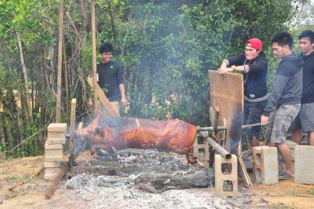 庄园周年庆烤3百斤大猪 。(赖月贵/大纪元)
