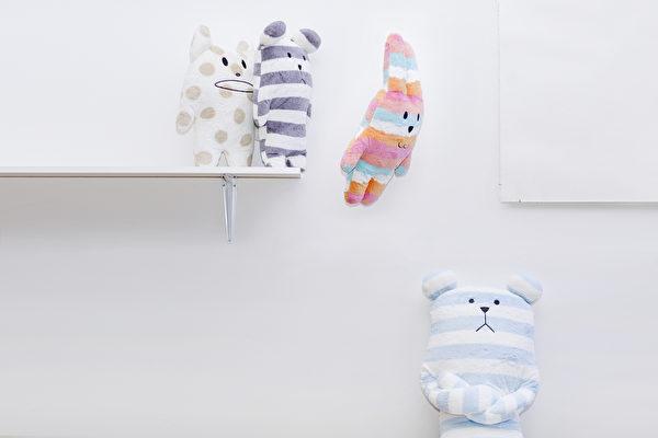 据行为治疗师霍莉的观察,体型较大、四肢较长的毛绒玩具对自闭症儿童缓解焦虑很有帮助。(Craftholic提供)