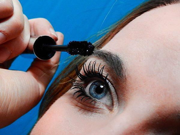 正在使用眼睫毛膏的女孩。(pixabay)