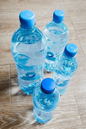 水瓶在木桌上