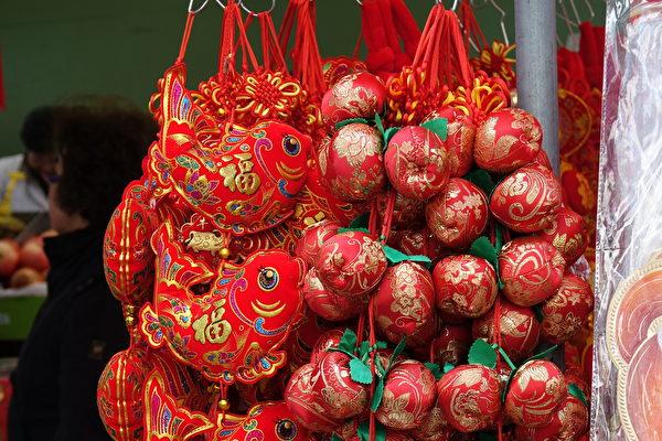 今年中國經濟下滑,民眾過年手頭不寬裕。圖為黃曆新年裝飾品。(關宇寧/大紀元)