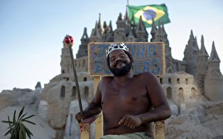 """巴西男子在海滩沙堡住22年 乐当""""国王"""""""