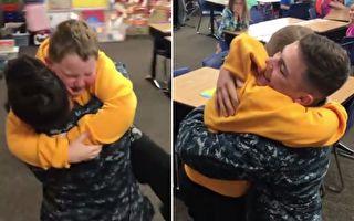 双胞胎海军哥哥突然返乡 当他们走进小学教室