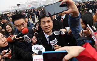 中国超级富豪们的政治运气急剧逆转。他们今年在全国人大当中的席位大幅减少。这反映出在习近平时代,中国超级富豪们的地位下降。图为被媒体包围的超级巨富李彦宏。 (GREG BAKER/AFP/Getty Images)