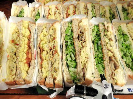 许竣杰独力研发的绿花椰菜与玉米笋三明治。