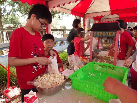 丰荣国小小朋友摆摊卖爆米花。