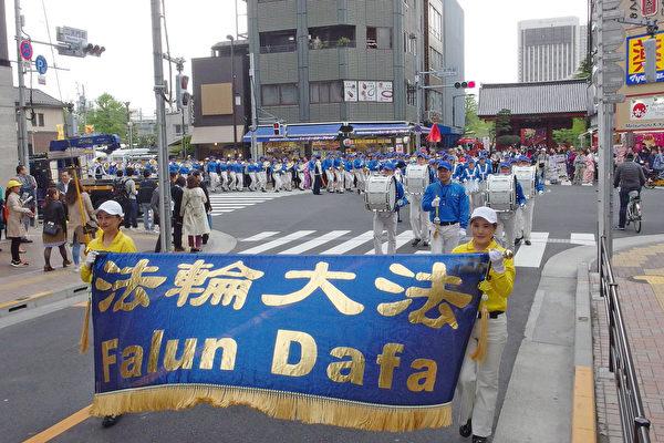 东京庆三亿人退出中共大游行 日本民众赞叹
