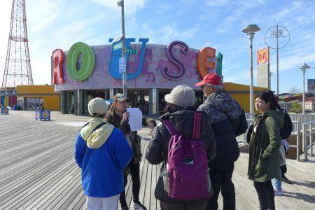 中文导游王靖雯介绍,从1876年岛上第一座手工制作的旋转木马(背景图)开始,康尼岛便是纽约的游乐园。
