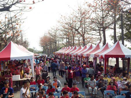 第四届崙背木棉花文化节,31日于丰荣国小旁的木棉花道热闹举行。