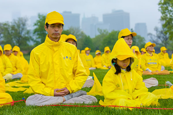 Falun Dafa Letter Formation at Governor\'s Island, NYC, 05-13, 20