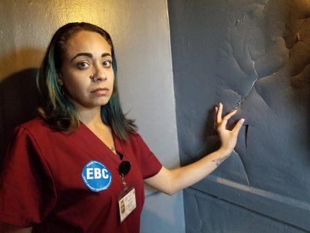 布勒克倫公屋東105街716號6D公寓的租客康塞普西翁告訴記者浴室壁貼破損情形。