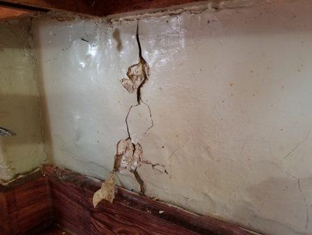 布勒克伦公屋東105街716號6D公寓的廚房牆壁破裂,與牆壁接觸壁貼剝落,內有蟑螂滋生。