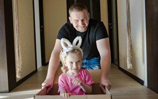 这老爸有点狂~ 用箱子载小女儿玩VR飞车