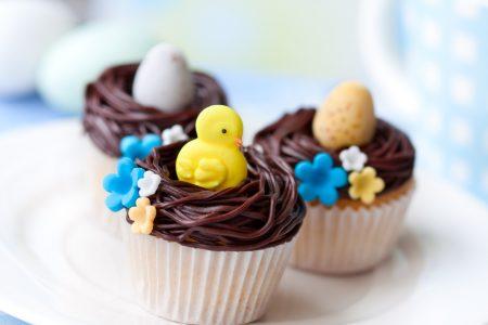 杯子蛋糕追求甜腻、细致的口感,及视觉上的讨喜。图为复活节装饰的杯子蛋糕。