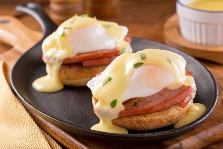 英式玛芬上加厚切火腿片及班尼迪克蛋(水波蛋)。