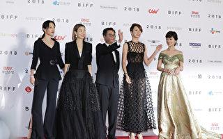 《八个女人》釜山首映 郑秀文梁咏琪走红毯
