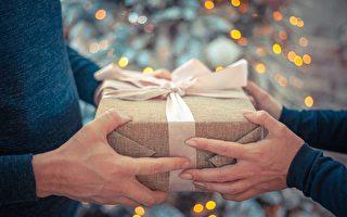 圣诞卡片藏惊喜 女孩收到爸爸的礼物后大哭