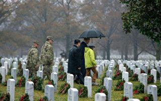 冒雨訪阿靈頓國家公墓 川普向美國烈士致敬