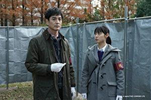 澤村一樹(左)在日劇《刑警忘光光》中飾演喪失記憶的刑警「時矢曆彥」,跟飾演新人刑警的瀧本美織(右)一同偵查案件。(KKTV提供)