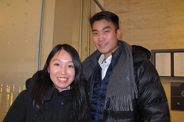 1月13日下午,华裔律师李小姐和男朋友陈先生一同观看了神韵在纽约的第五场演出。 (麦蕾/大纪元)
