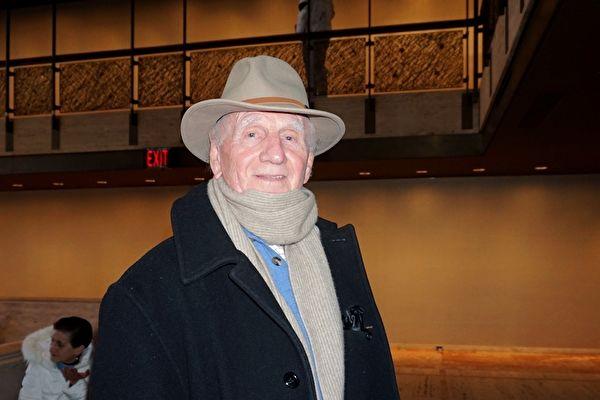 纽约生意老板Peter Hewett赞扬神韵演出的精神内涵,并认为中共对演出的干扰让人们更加认识到演出的重要性。(林南宇/大纪元)