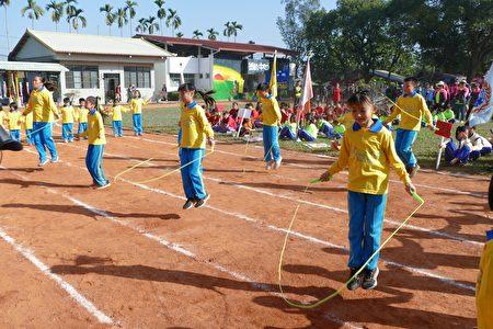 """鲤鱼国小以学校特色""""跳绳""""表演进场。"""