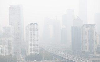 2月23日,上海市、北京市阴霾严重。图为2018年10月15日北京的阴霾天气。(Nicolas ASFOURI / AFP)